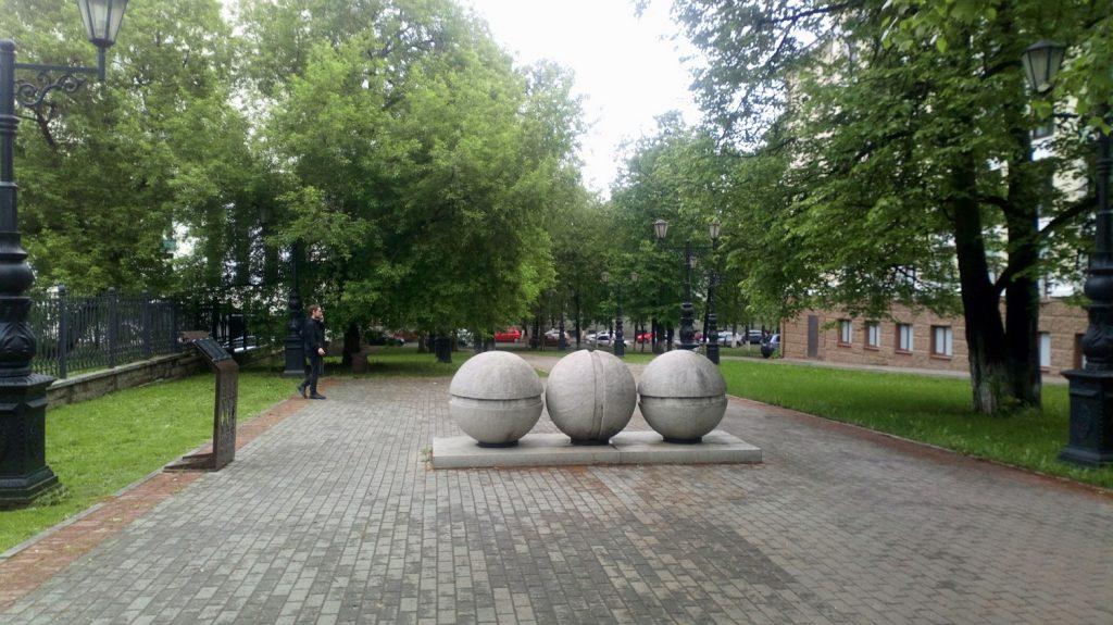 """Скульптура под народным названием """"Три шурупа"""" в одном из скверов в центре Уфы."""